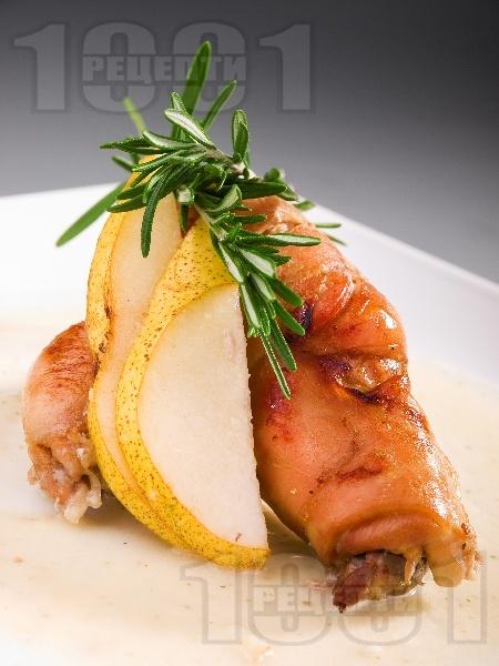 Печени пълнени пилешки рулца от пържоли с плънка от круши и кашкавал под фолио на фурна - снимка на рецептата